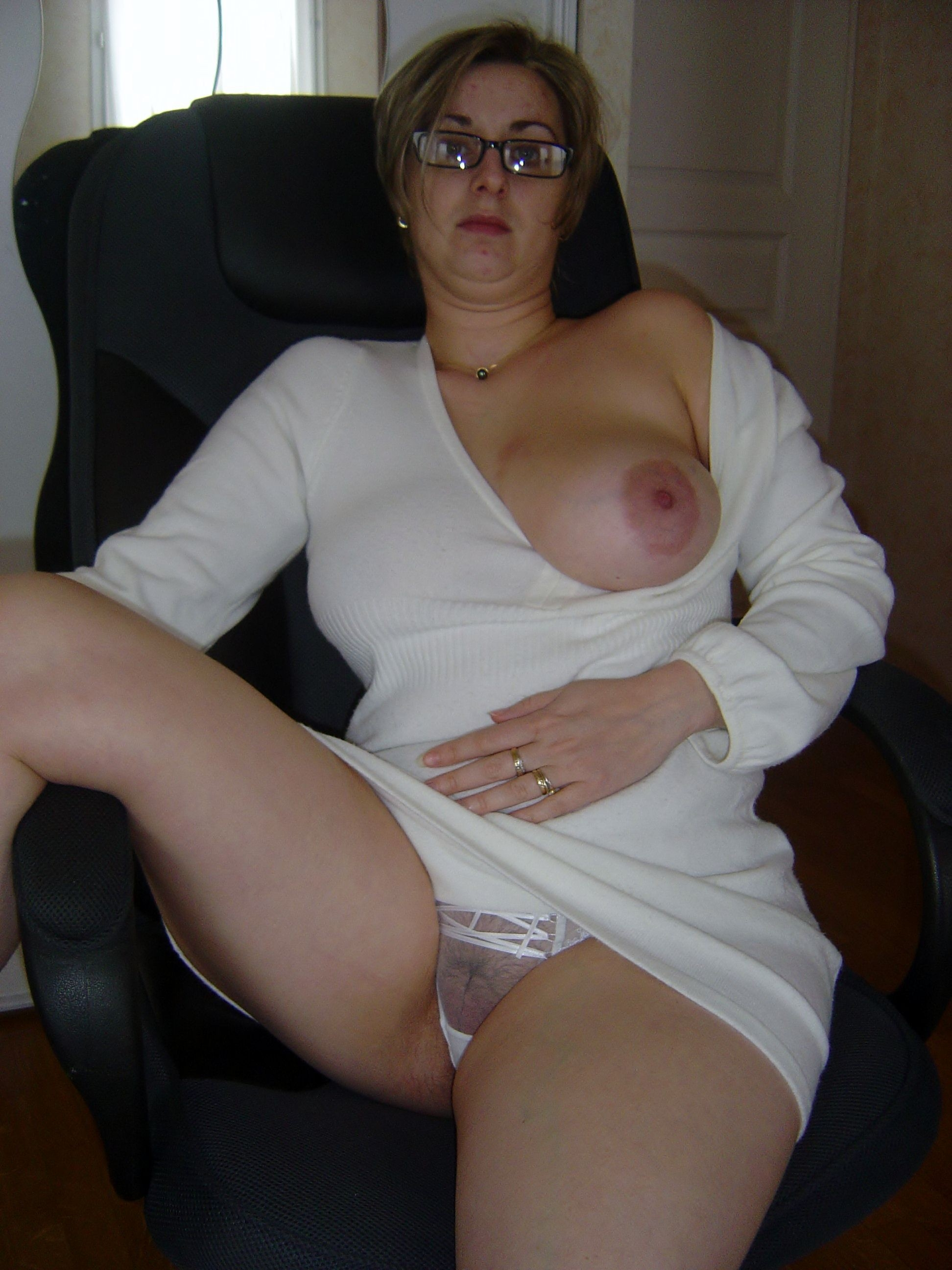 Pretty girl peeing nude
