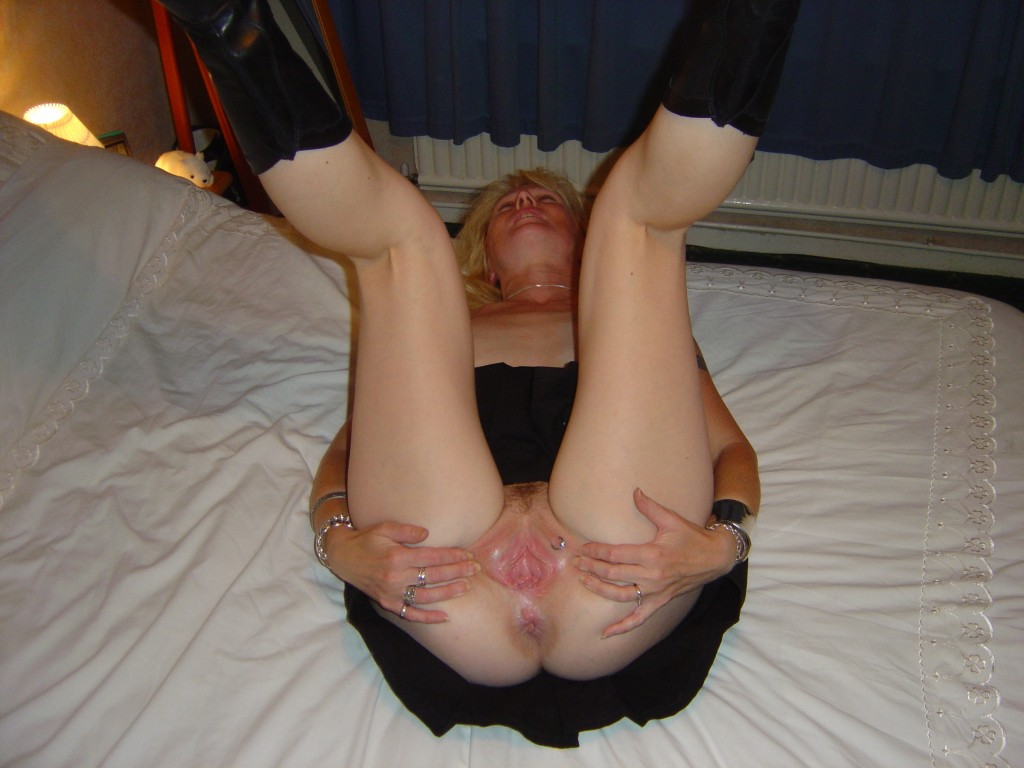 äldre kvinna med piercing i fittan